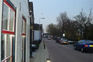 Rode ramen aan de Hoefweg in Bleiswijk.