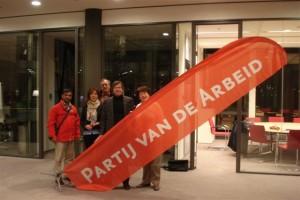 Afdelingsbestuur PvdA Lansingerland oefent op opzetten van het Rode banier!
