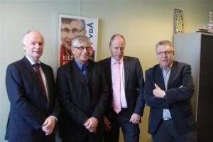 gesprek over grondpolitiek. Vlnr: Marc van Dijk, Albert de Vries, Ruud Braak en Gerard Bovens