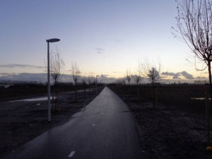 Prachtig verlicht recreatief fietspad bij Wilderszijde & Park de Polder. Maar waarom geen verlichting op drukke fietspad langs de Landscheiding?