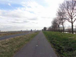 Parallel lopende fietspad Landscheiding zónder straatverlichting. Waarom eigenlijk?