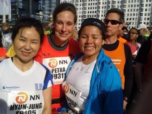 Petra Verhoef met haar Zuid Koreaanse en Boliviaanse collega's aan de start van de Rotterdam Marathon. Petra liep de Marathon in de mooie tijd van 4.47.44.