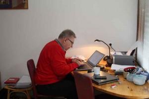 Eindredacteur van het PvdA Lansingerland weekverslag aan het werk