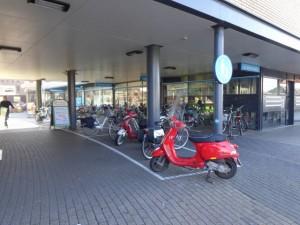 Keurige parkeerplekken in Berkel centrum voor fietsen & brommers