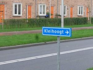 Eindelijk een richtingbord naar de Kleihoogt op de Oostmeerlaan (bij de Zwartemeerstraat)