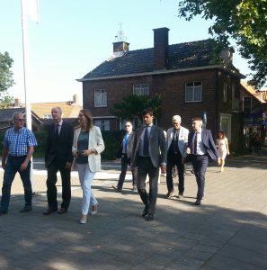 Minister Stef Blok (VVD) met gevolg op bezoek in bouwend Lansingerland